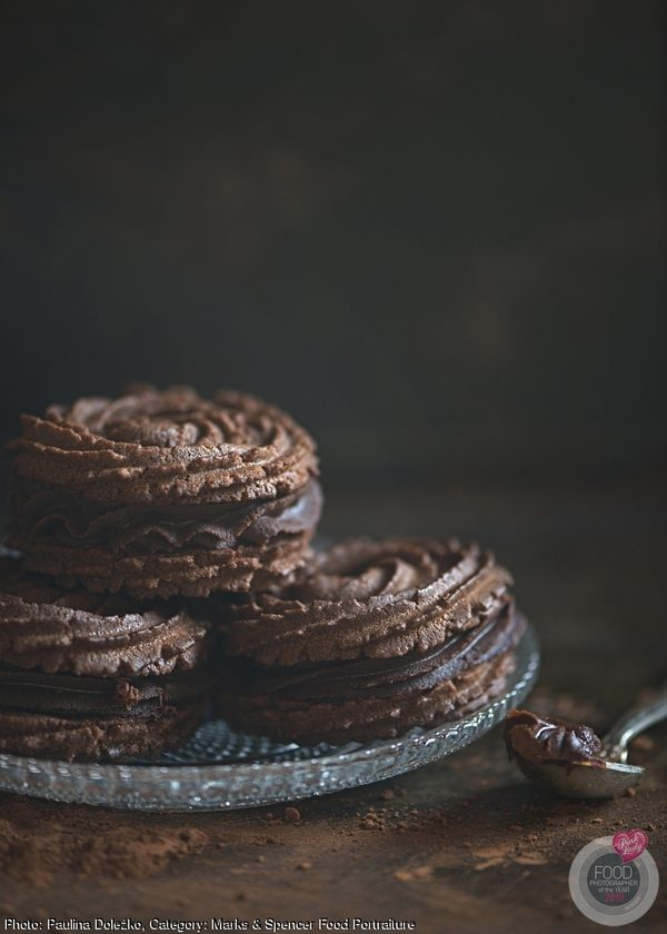 Fragile chocolate cookies with chocolate ganache